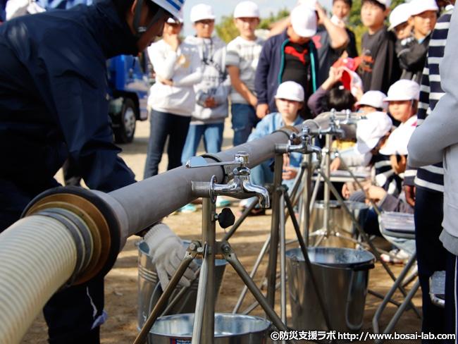 防災訓練での給水車による飲料水の配布状況。一般家庭の水道水はどうすれば上手く保存できるか?